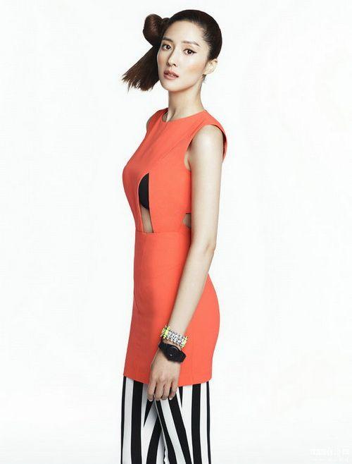 王嫔娜夏日写真 清凉装露背秀曲线
